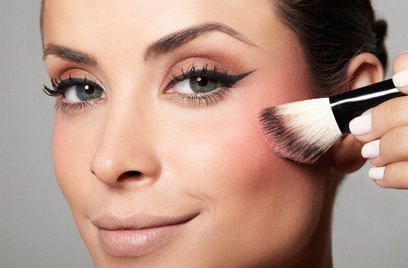 femme blush makeup maquillage pinceau biseauté lanaika